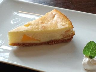 基本はレモンの酸味が爽やかなベーシックと超濃厚でコクのあるリッチ。季節のチーズケーキ2種も人気。