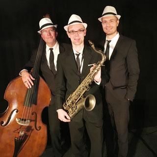 Jazz Band Swing for Fun aus Rostock, Anne-Wiebke Willsch Sängerin Saxofonistin Flötistin, Marian Hoffmann Klavierspieler Pianist, Jens Rosengarten Bass Kontrabass
