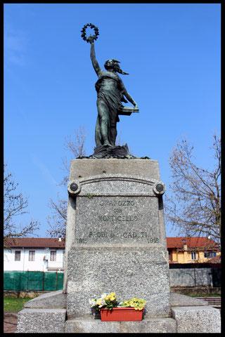 """Monumento ai Caduti di Granozzo con la dicitura """"Granozzo con Monticello"""""""