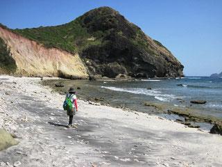 南崎の浜で小富士をバックに