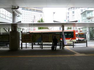 小田原駅東口に出たら右に進みます