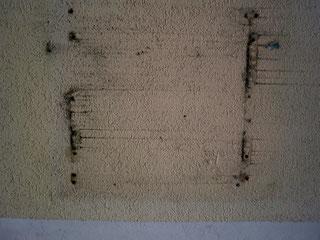 Wand Bayreuth Farbe Schule P Seminar P-Seminar RWG Richard Wagner Gymnasium Museum Ausstellung Struktur 2011  Algen Schmutz Moos schwarz weiß orange Farbe verputzt Putz Schrauben Schild weg