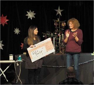 Anna Schönwälder (2. Vorsitzende Katz-Theater e.V.) überreicht den Scheck an Gabriele Apel (Auryn).