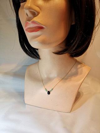 Petites perles en chrysolite sur chaîne très fine