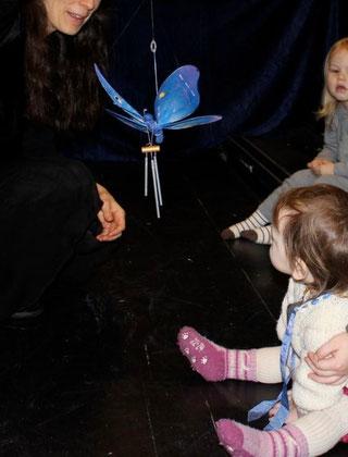 Sommerfuglen hilser på barna med en sang