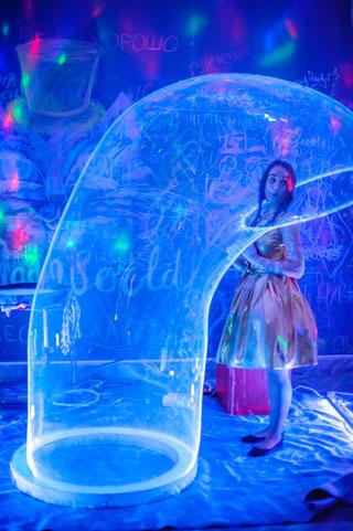 неоновое шоу светящихся мыльных пузырей