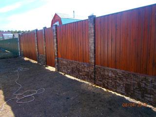 Забор из прфнастила с имитацией столбов под камень