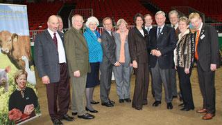 Neuland-Empfang bei der Grünen Woche 2009: Gruppenfoto Vorstand mit Ministerin Aigner und EU-Kommissarin Fischer-Boel. Foto: Helga Karl