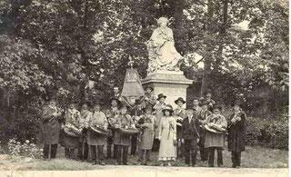 Aurore SAND, petite fille de George SAND au centre, Gaton RIVIERE (le 2nd au premier plan).