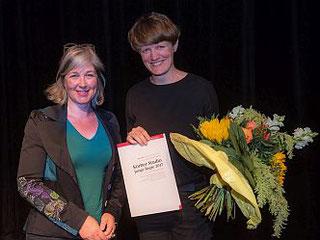 Anja Paehlke (li), Vorstand Körber-Stiftung, überreicht den Preis des Körber Studio Junge Regie 2017 an die Regisseurin Caroline Creutzburg. (Foto: Krafft Angerer)