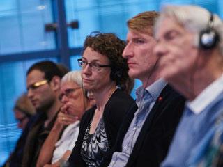 Fremdsprachige Diskussionen werden simultan übersetzt (Foto: Claudia Höhne)