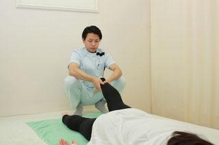 下肢の牽引で骨盤と股関節を調整します