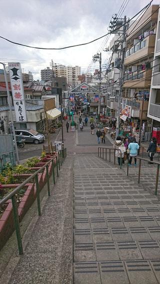 日暮里駅を下りてすぐ、谷中銀座入口の階段から。ここに立つとなぜか、小さな旅をしている気分になるから不思議