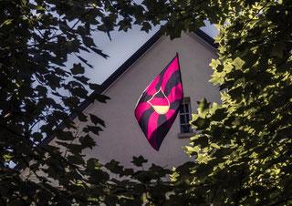 Unsere Fahne am Giebel des Teutonenhauses