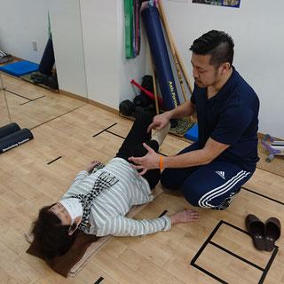 70代女性の方。当院では、年齢に関係ない施術を提供してます。「姿勢の悪さ」が影響して肩や背中が痛いなら、患部の施術だけの「対処療法」だけではなく、「姿勢」をよくする施術をします!!