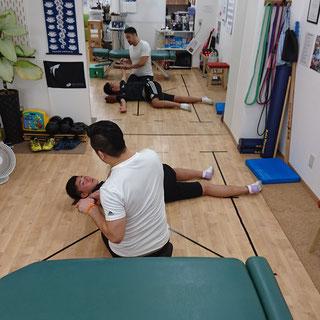 腰椎分離症の痛みでうまく体が動かせないサッカー部の高校生