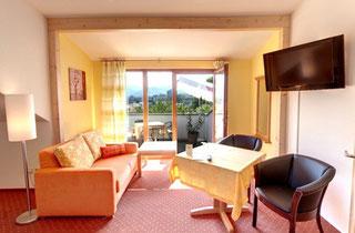 Elegantes Superiopdoppelzimmer in Abricottönen mit Blick auf dn Balkon