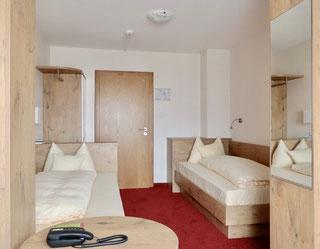 Freundliches Zweibettzimmer mit Einzelbetten