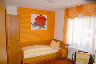 Einzelzimmer in Orange gehalten