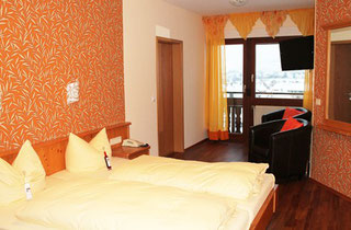 Familienzimmer, 2 Räume, je 2 Betten, Balkon mit Bergblick