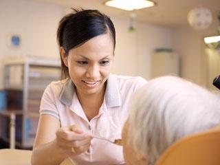 老人ホームで高齢者のお世話をするフィリピン人介護士