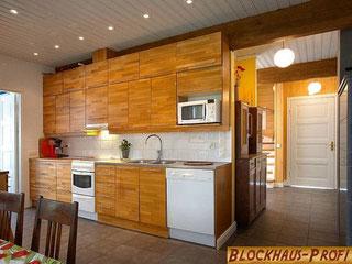 Wohnküche im Holzhaus in Blockbauweise - © Blockhaus-Profi