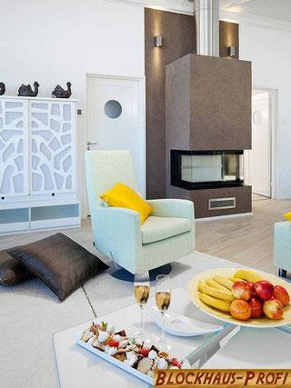 Helles Wohnzimmer mit Kamin  - © Blockhaus-Profi