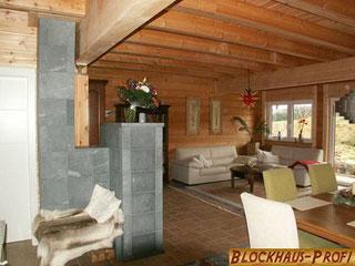 Modernes Holzhaus in Blockbauweise mit Komfort und Stil - Specksteinofen im Blockhaus - Blockbäuser von A bis Z mit Planung und Montage - © Blockhaus-Profi