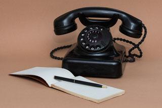 Telefon mit Block und Stift