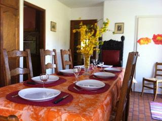 Cheminée et table monastère