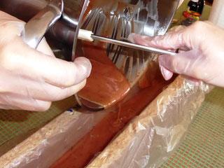 Seife in die Form gießen,  Seifenleim umfüllen