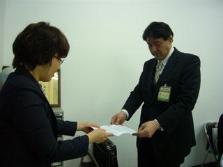 要望書を手渡す森主副会長
