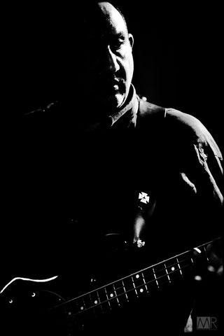 Bassista rock fotografato a Torino