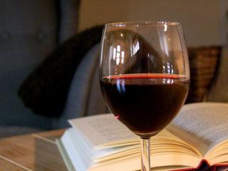 Sessel Glas Rotwein Buch