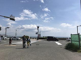 食後は海へ・・・由比ガ浜の海から・・・・・鎌倉駅の小町通りまで歩きました。なんと、1万歩歩きました(^^♪