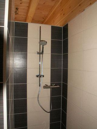 Auch jedes Bad mit eigenen Akzenten ist im Blockhaus anders! - © Blockhaus-Profi