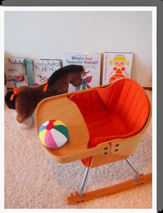 代官山蔦屋で購入したかわいい絵本^^  ほかにもクレヨンハウスや教文館などの本屋さんがお気に入り^^・・絵本は子供への愛にあふれているアイテムなので、沢山触れさせていけたらと思います^^・  椅子はストッケと迷いましたが、3バージョンに変化出来るコージーという新しげなタイプにしてみました^^  最近一人で登って入るのがマイブームのベビー^^気に入っているみたいです^^