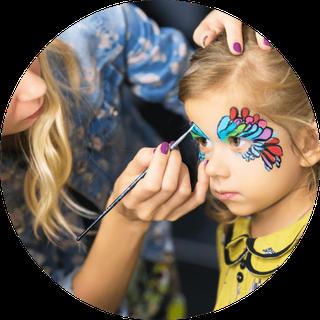 Mädchen beim Kinderschminken Schwäbisch Gmünd