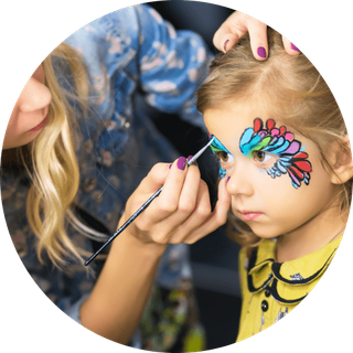 Mädchen beim Kinderschminken Augsburg