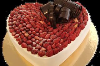 dolce di compleanno con crema chantilly e fragoline di bosco