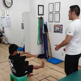 足の疲労骨折から再発予防のためのトレーニングを受ける野球少年の小学生