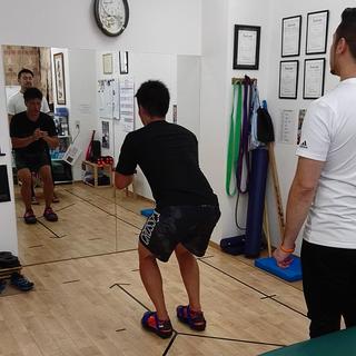 膝の手術後のリハビリトレーニングを頑張るラグビー部の大学生