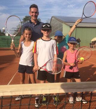 U10 Tenniskids des SKG Stockstadt mit ihrem Trainer beim Spiel beim TC Nauheim