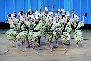 黒島の伝統芸能を披露する八重山高校郷土芸能部の皆さん=10日午前、伊那市文化会館