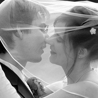 küssendes Brautpaar unter dem Brautschleier, schwarz/weiß Aufnahme, Kopfportrait, Profilaufnahme