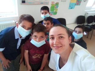 Zahnarzthelferin Jenny Hochheim mit ihren Patienten