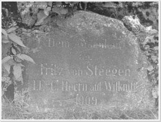 Inschrift: Dem Andenken an Fritz von Steegen, 1. F.-C. Herrn auf Wilknitt, 1909