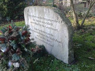 Der kürzlich beschmierte Gedenkstein in Zeven. Foto: Gedenkstätte Lager Sandbostel, 2015.