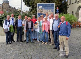 Teilnehmer der Exkursion vor dem Konstanzer Konzilsgebäude