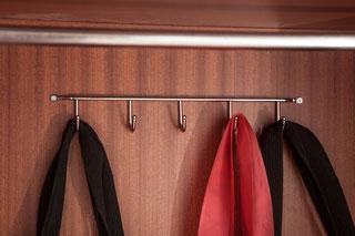 Aprovecha el fondo del armario para colgar cosas planas - AorganiZarte